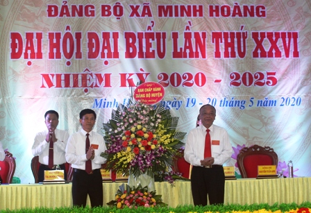 Đồng chí Lê Trí Viễn, TUV, Bí thư Huyện ủy, Chủ tịch HĐND huyện tặng hoa chúc mừng đại hội